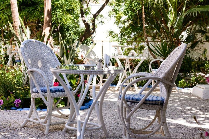 Двор зада открытый греческого дома с белой деревянной мебелью стоковая фотография rf