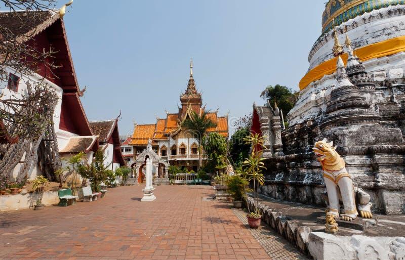 Двор и буддийская структура stupa виска в Чиангмае, Таиланде стоковые изображения