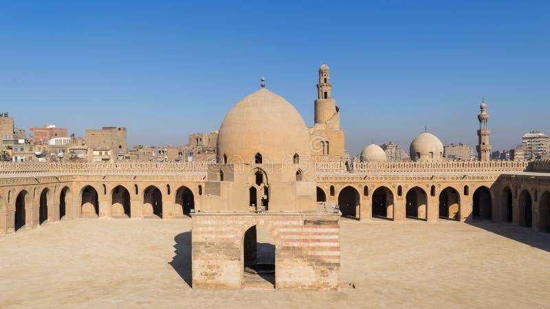 Двор мечети Ibn Tulun общественной исторической с фонтаном омовения и минаретом, Каиром, Египтом стоковое изображение rf
