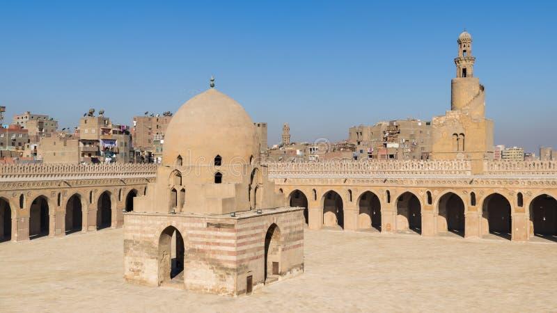 Двор мечети Ibn Tulun общественной исторической с фонтаном омовения и минаретом, Каиром, Египтом стоковые фото