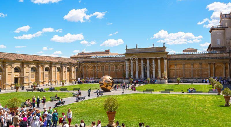 Двор музея Ватикана стоковое изображение