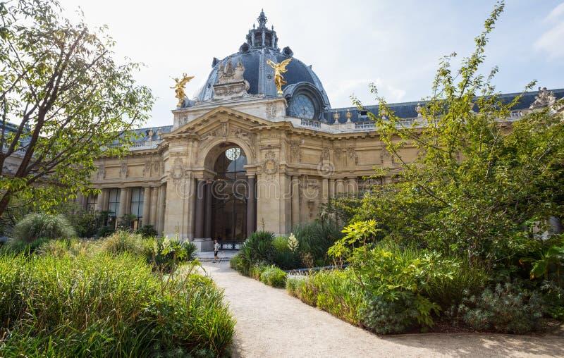 Двор Петит Palais в Париже, Франции стоковые фото