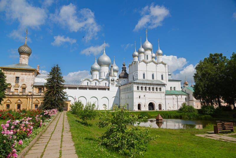 Двор Ростова Кремля включил золотое кольцо России стоковое фото rf