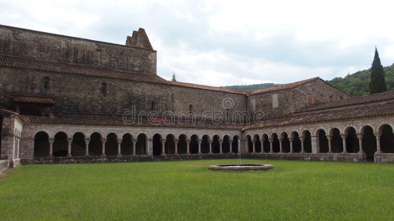 Двор Святой Мишель de Cuxa Франция Abbaye стоковые фотографии rf