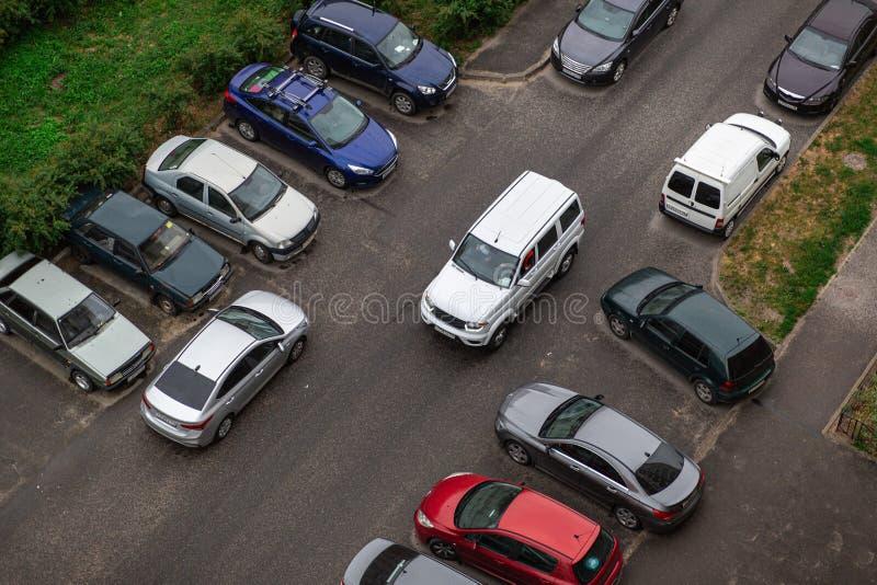 Двор со стоянкой для автомобилей и зеленой травы, взгляда сверху стоковые фотографии rf