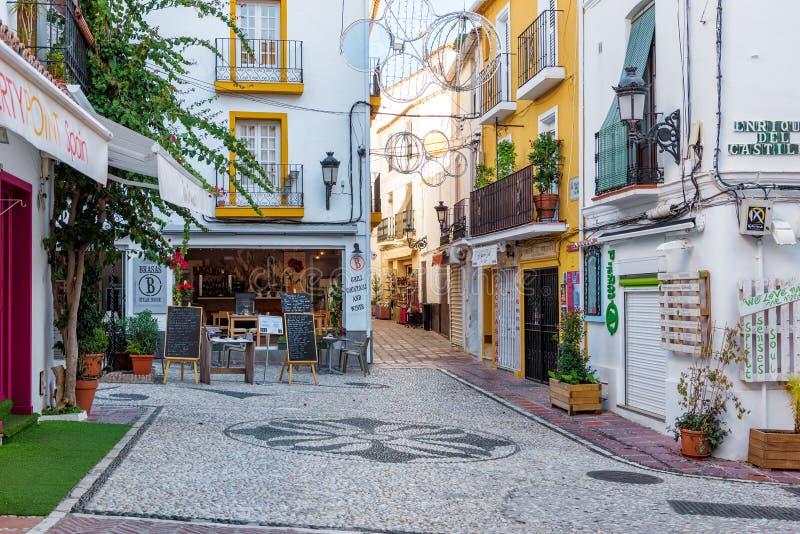 Двор с традиционной андалузской архитектурой на исторической части городка стоковое фото rf