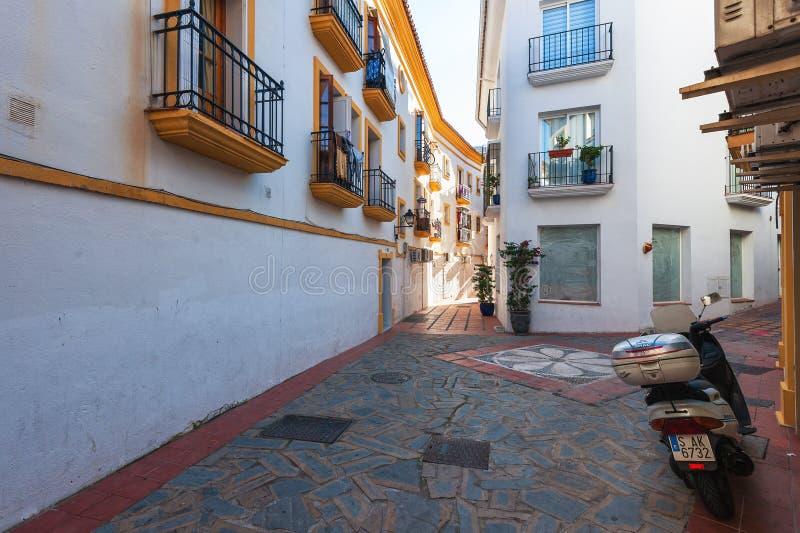 Двор с традиционной андалузской архитектурой на исторической части городка стоковая фотография