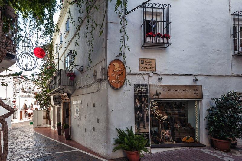 Двор с традиционной андалузской архитектурой на исторической части городка стоковые фотографии rf