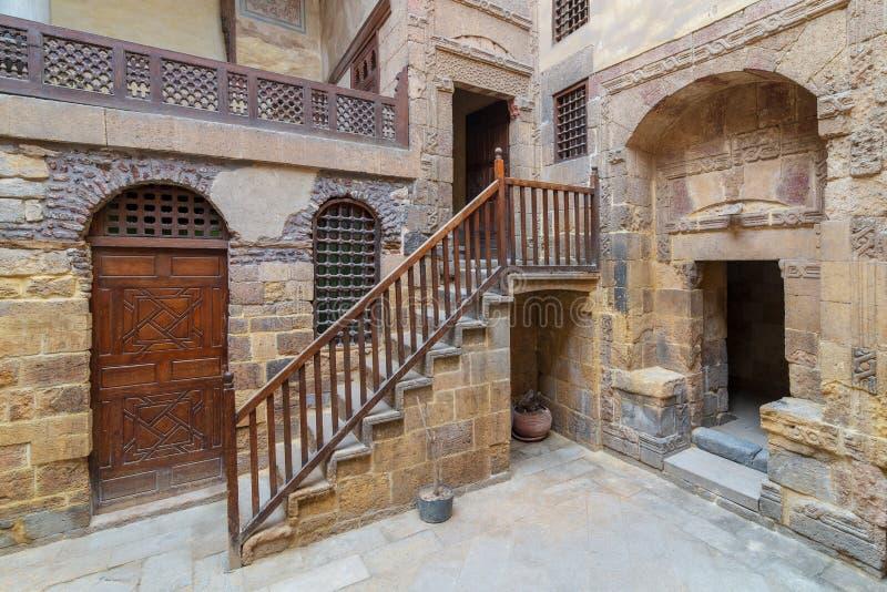 Двор тахты исторического Beit El установил здание Waseela, близко на мечеть al-Azhar в районе al-Ahmar Darb, старый Каир, Египет стоковые фотографии rf