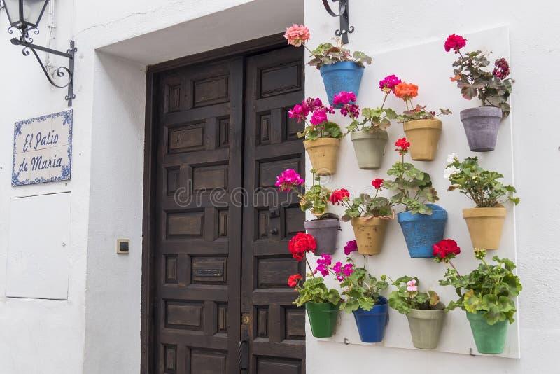 Двор украшенный с гераниумами, Cordoba, Испания стоковое изображение rf