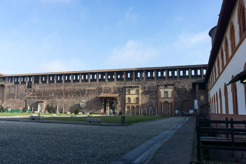 Двор Sforzesco замка стоковая фотография rf