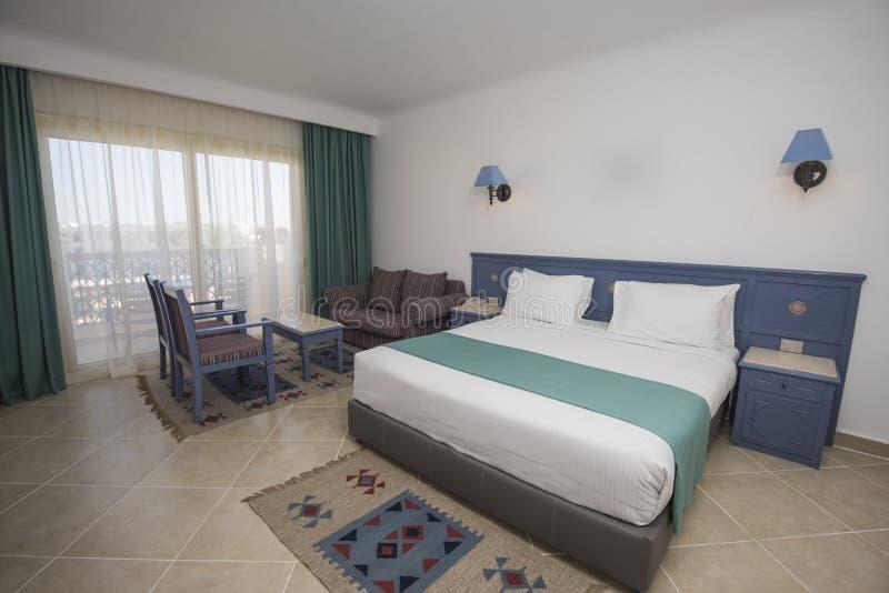 Двуспальная кровать в роскошном люксе гостиничного номера стоковые фотографии rf