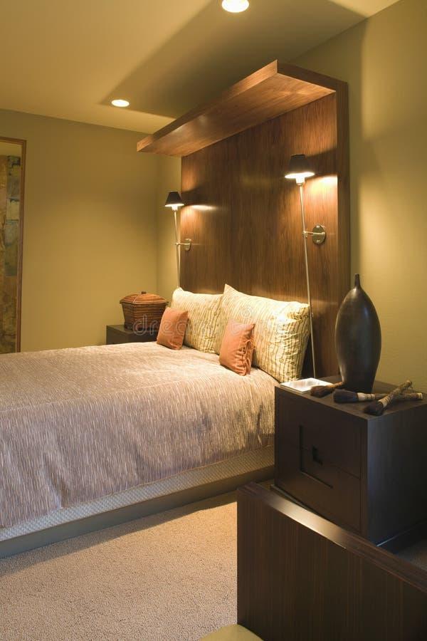 Двуспальная кровать с деревянным изголовьем стоковые изображения