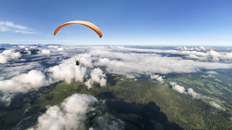 Двухместный параплан над облаками стоковая фотография rf