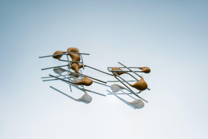 Двухполярные электрические конденсаторы микроэлектронные стоковые фотографии rf