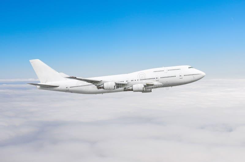 Двухэтажный самолет в небе над высотой солнца путешествием полета облаков стоковое изображение rf