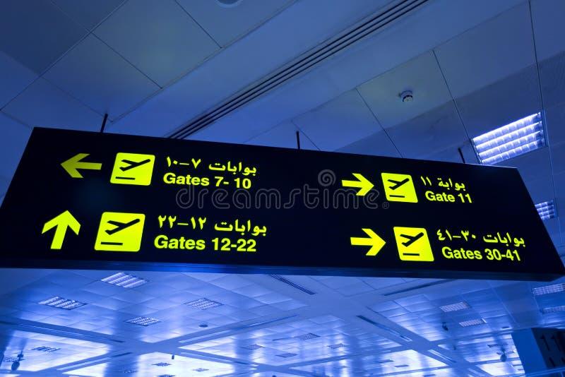 Двуязычный знак света авиапорта стоковые изображения rf