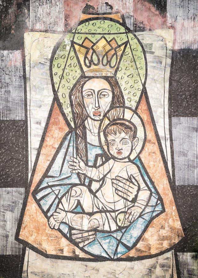 Дева мария с младенцем Иисусом покрашенным на стене старого cem стоковые изображения rf