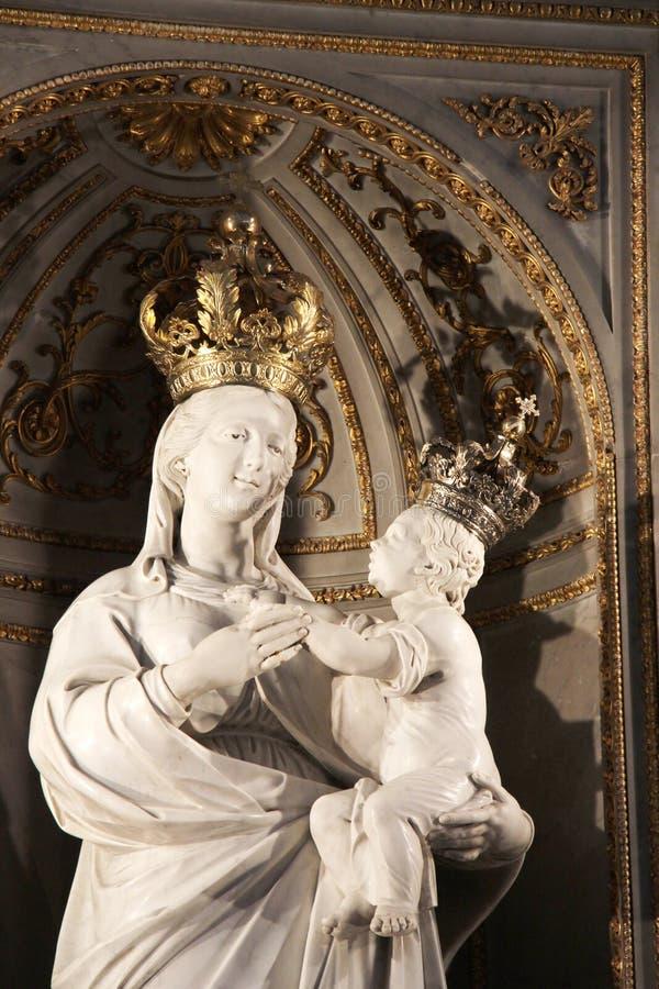 Дева мария с младенцем увенчанным Иисусом, стоковые изображения rf