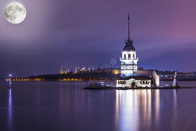 Девичье полнолуние индюка kulesi kiz bosphorus Стамбула башни стоковые фото