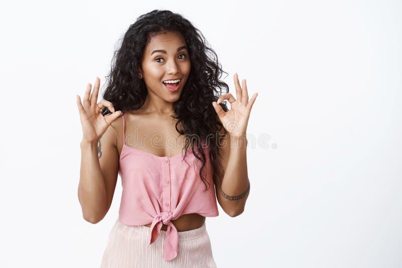 Девочка впечатлена хорошей работой Привлекательная американо-американка-американка с вьющимися волосами, показывающая хорошо, отл стоковые фотографии rf