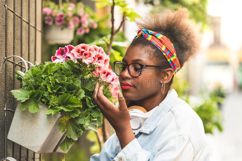 2 девочка-подростка пахнуть цветками стоковая фотография rf