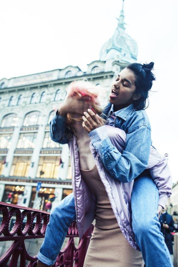 2 девочка-подростка перед зданием университета усмехаясь, имеющ потеху, конец концепции людей образа жизни реальный вверх стоковые изображения rf