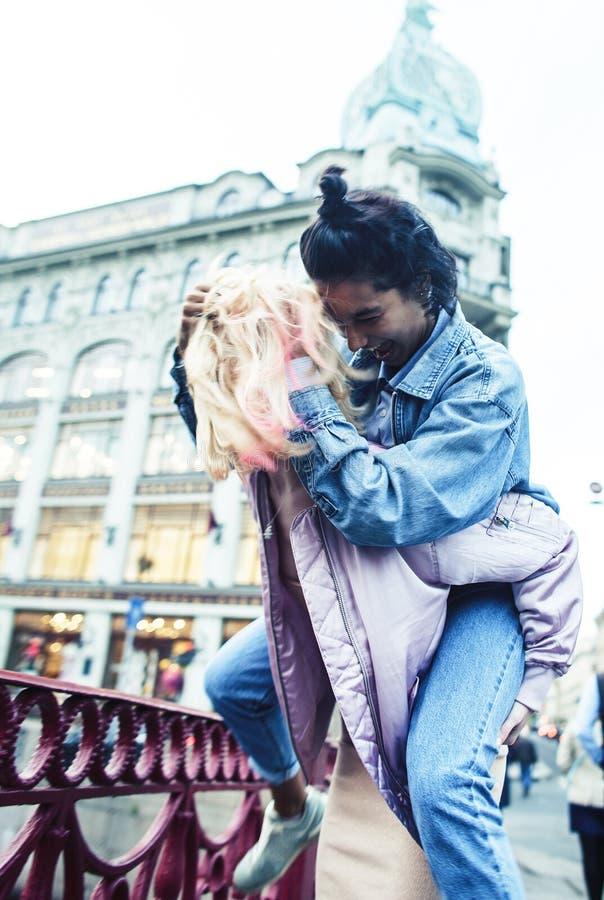 2 девочка-подростка перед зданием университета усмехаясь, имеющ потеху, конец концепции людей образа жизни реальный вверх стоковые фотографии rf