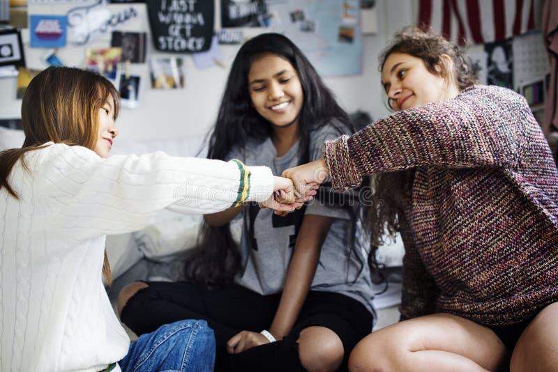 Девочка-подростки в концепции приятельства кулака спальни bumping стоковые изображения