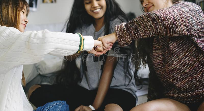 Девочка-подростки в концепции приятельства кулака спальни bumping стоковая фотография rf