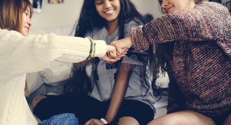 Девочка-подростки в концепции приятельства кулака спальни bumping стоковое фото
