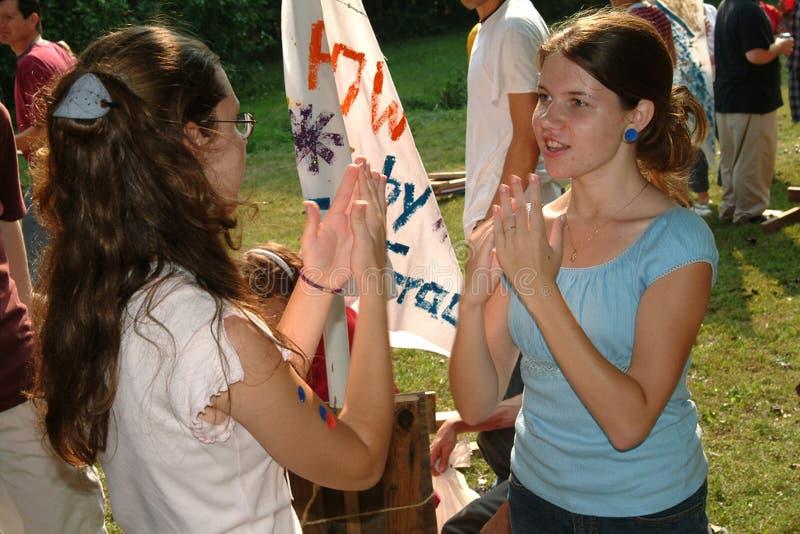 Девочка-подростки забавляют путем игра игры pattys стоковые фото