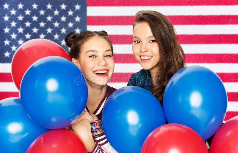 Девочка-подростки с воздушными шарами над американским флагом стоковое фото