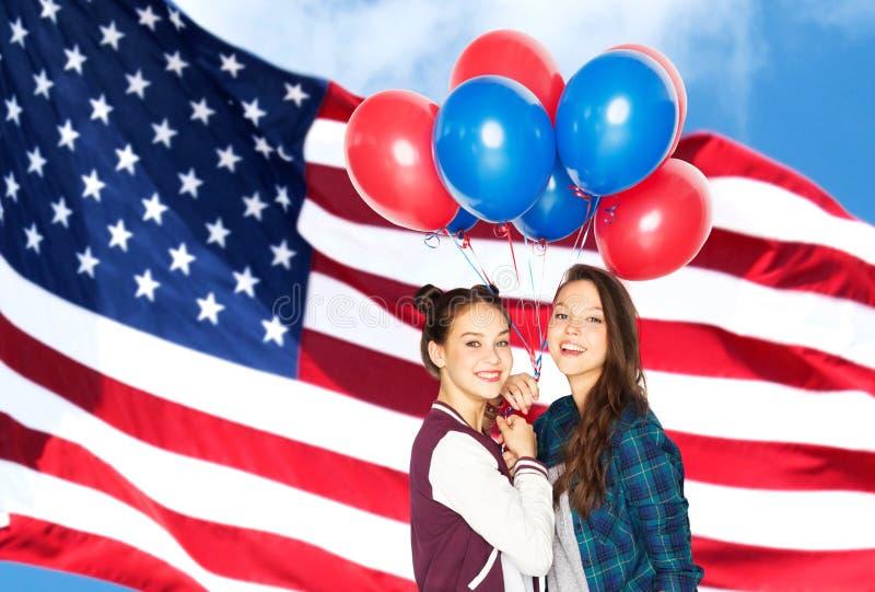 Девочка-подростки с воздушными шарами над американским флагом стоковая фотография rf