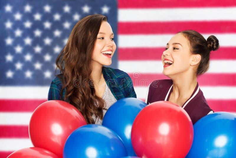 Девочка-подростки с воздушными шарами над американским флагом стоковые фотографии rf