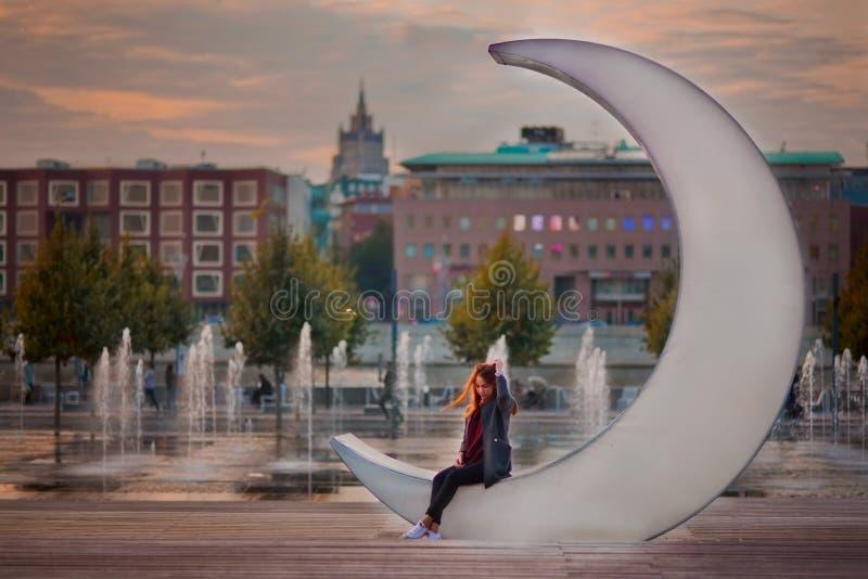 Девочка-подросток в Москве на заходе солнца стоковые изображения rf