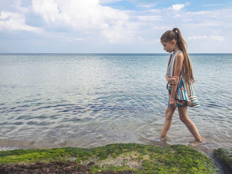 Девочка-подросток в ярком платье морем лето праздников семьи счастливое ваше стоковое фото