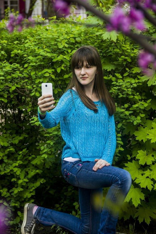 Девочка-подросток делает selfie стоковые фото