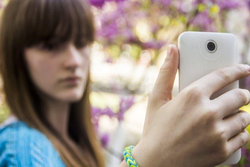 Девочка-подросток делает selfie стоковая фотография