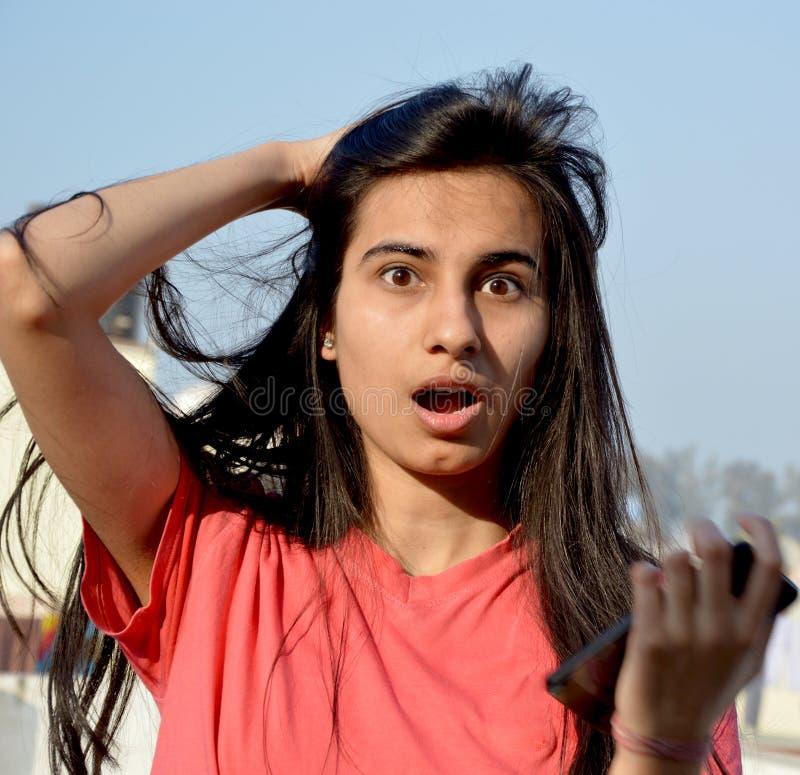 Девочка-подросток имея потеху на ее крыше дома стоковое изображение rf