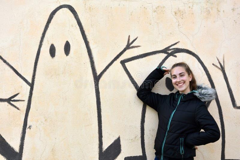 Девочка-подросток и стена граффити стоковое изображение