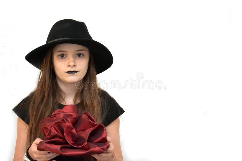 Девочка-подросток одетый в готическом стиле приносит подарок на день рождения стоковая фотография rf