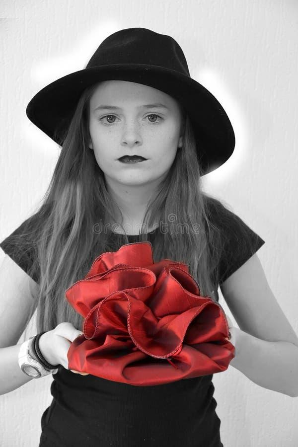 Девочка-подросток одетый в готическом стиле приносит подарок на день рождения стоковое изображение rf