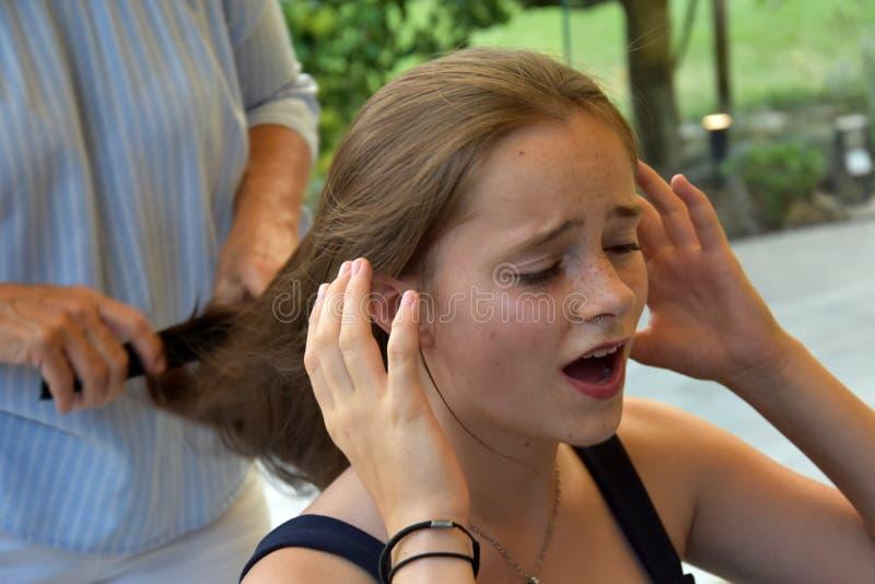 Девочка-подросток получила новую прическу стоковые изображения rf