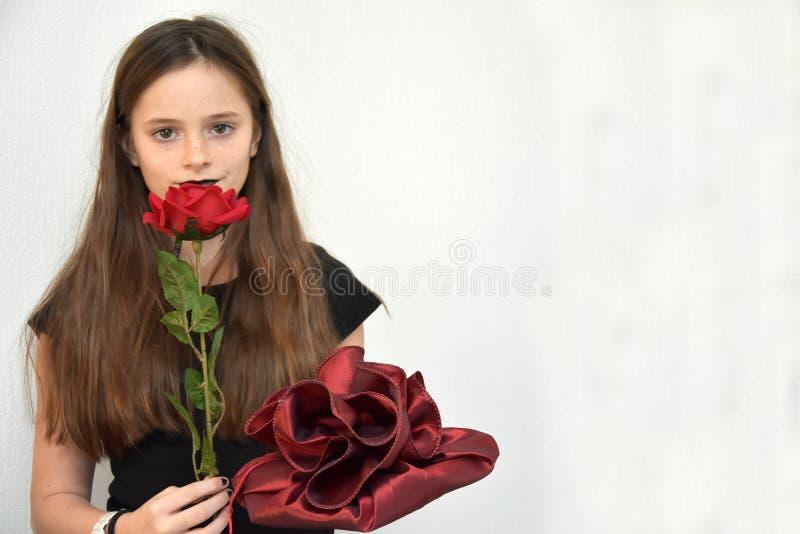 Девочка-подросток приносит подарки на день рождения стоковое изображение