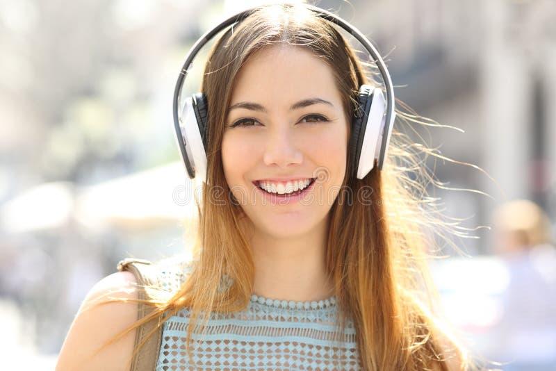 Девочка-подросток слушая взгляды музыки на камере стоковые изображения rf