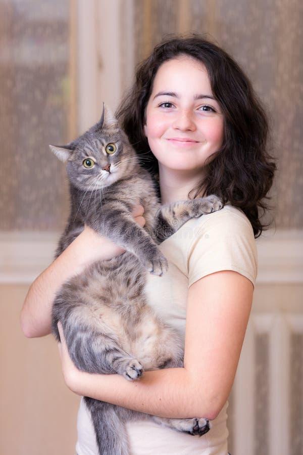 Девочка-подросток с котом любимчика стоковые фотографии rf
