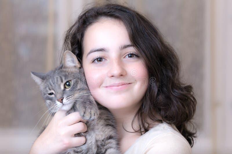 Девочка-подросток с котом любимчика стоковое изображение