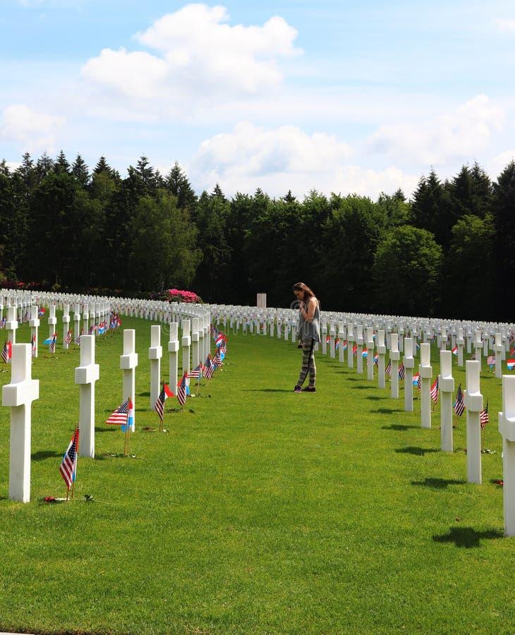 Девочка-подросток удостаивая солдат WWII в Люксембурге стоковая фотография rf