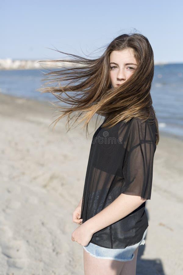 Девочка-подросток двигая ее волосы на пляже стоковые изображения rf